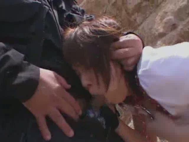 砂浜で逃げ遅れた美女の一人を捕まえ、首輪を付けてその場で3Pレイプ!