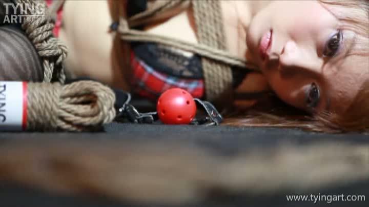 緊縛されたギャル、お姉さん、美少女の様々なシュチエーションでの緊縛姿。ボールギャグや吊し上げなど妖艶な美しさをかもし出す。