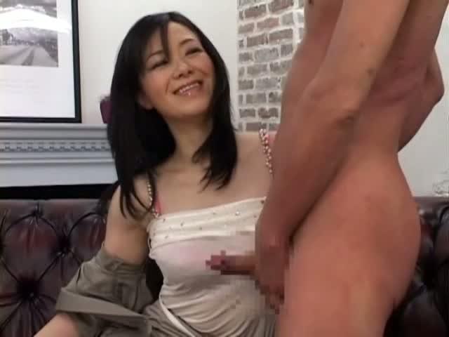 スーツ姿の熟女OLが目の前でセンズリする男に巨乳を押し付けながら高速手マン責めでザーメンを搾り取る…