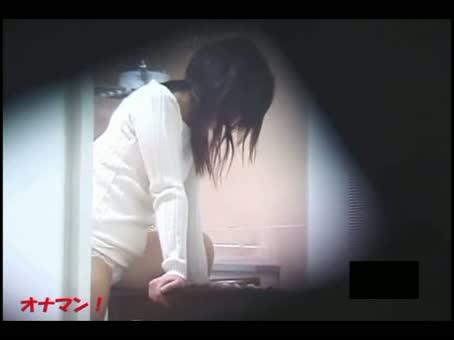 【潮ふき・オナニー盗撮動画】隣人をこっそり覗くと、テーブルの角にマンコを擦り付けるオナニーに感じていたので盗撮しちゃったw