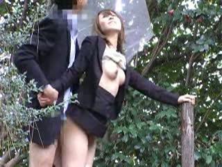 野外でこっそりいちゃつくOLカップル盗撮!!美乳美女にフェラさせ、まさかの青姦セックス開始w
